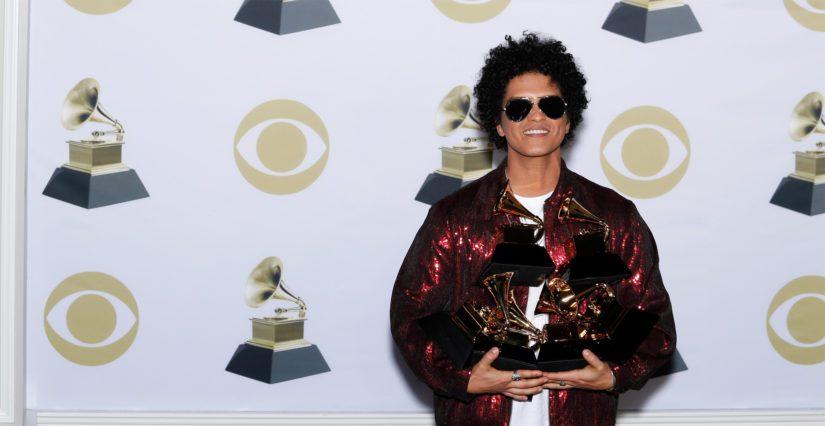 Bruno Mars yhteineen sai kaikkiaan kuusi Grammy-palkintoa musiikkialan gaalassa.