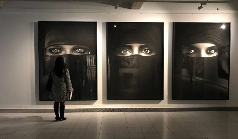 Yksi niqabiin pukeutuneiden naisten piirroksista on tehty nimenomaisesti Tampereen näyttelyä varten.