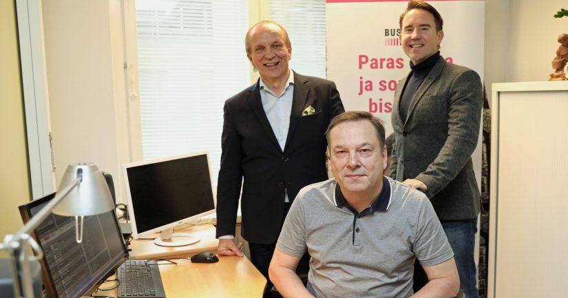 – BusinessFM:n tähtäin oli kuunneltavuus kaikissa merkittävissä bisnes- ja yliopistokaupungeissa, kertovat radion perustaja Reijo Karhulahti, ohjelmajohtaja Juha Kakkuri ja aamujuontaja Roni Malinen.