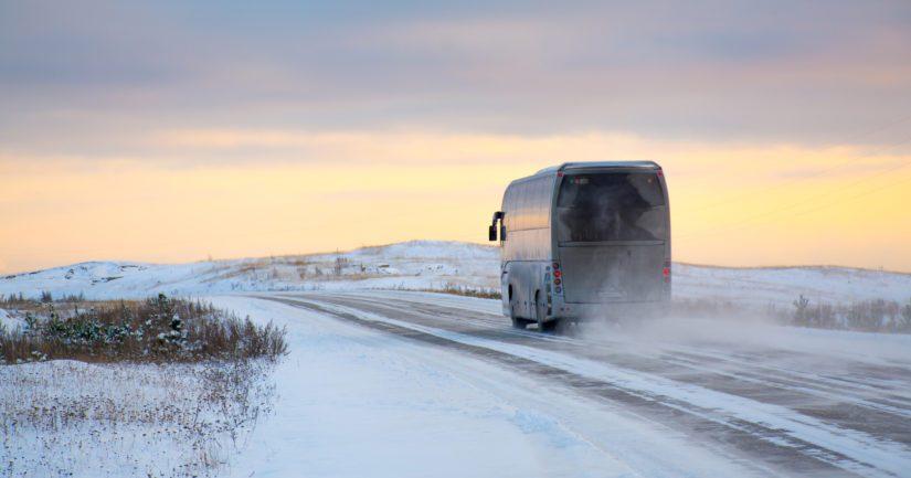 Turisteja Kirkkoniemeen kuljettamassa ollut linja-auto oli pysähtynyt tauolle Näätämössä.