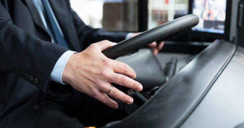 Vihreän liikennevalon vaihtuessa sekä jalankulkijoille että linja-autolle, oli linja-auton kuljettaja lähtenyt liikkeelle.