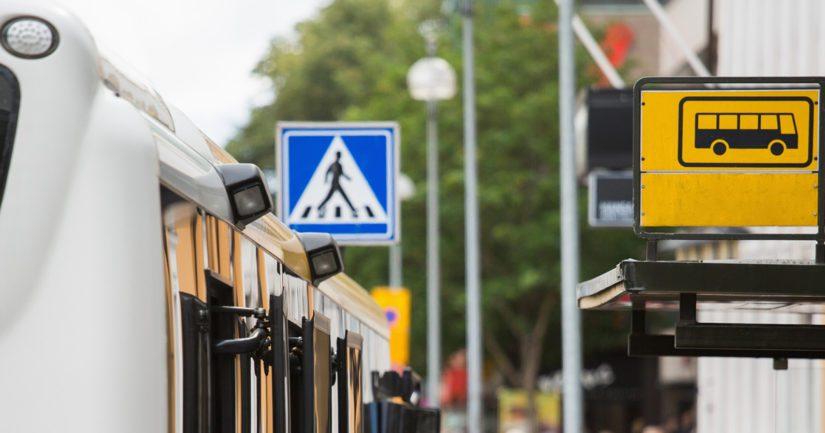 Mieshenkilö ilmoitti hätäkeskukseen rikkoneensa bussipysäkin lasin.