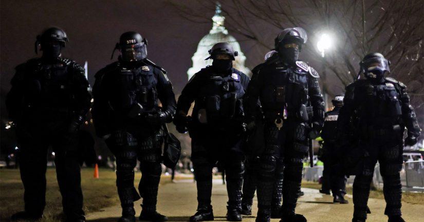 Poliisit vartioivat kongressirakennuksen länsisiipeä ulkonaliikkumiskiellon julkistamisen jälkeen.