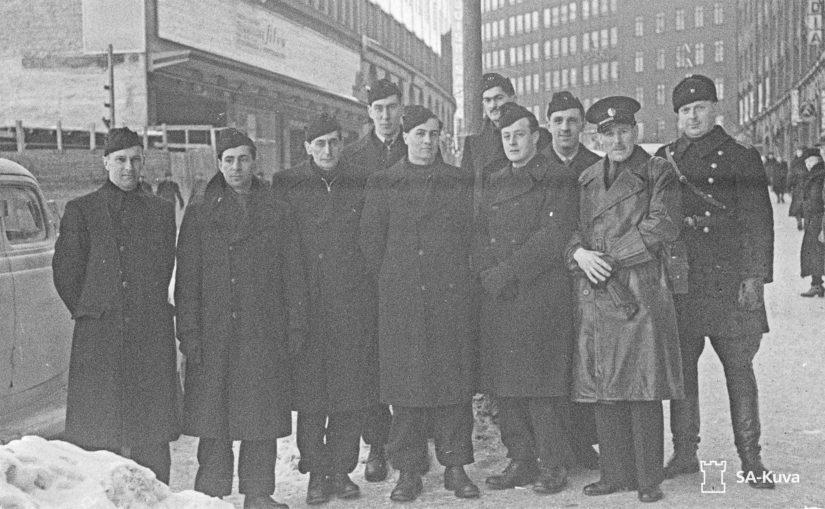 Talvisodan englantilaisten vapaaehtoisten valokuvassa Christopher Lee on todennäköisesti neljäs vasemmalta.