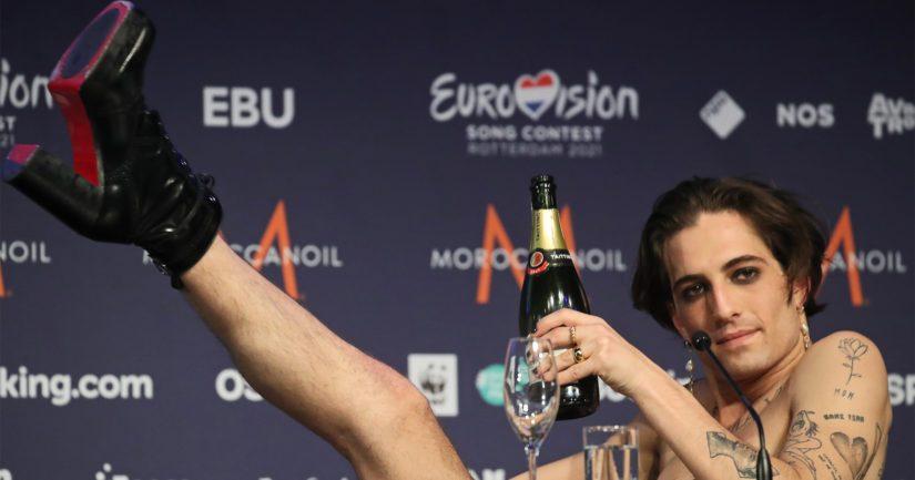 Måneskinin solisti Damiano David juhlii rennosti Euroviisuvoiton ratkettua.