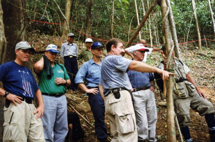 Antropologi Dennis Danielson esittelee suurlähettiläille etsinnän tuloksia.