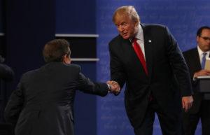Kumpikaan ehdokkaista ei kätellyt toisiaan, vaan ainoastaan juontaja Chris Wallacen. (Kuva AOP)