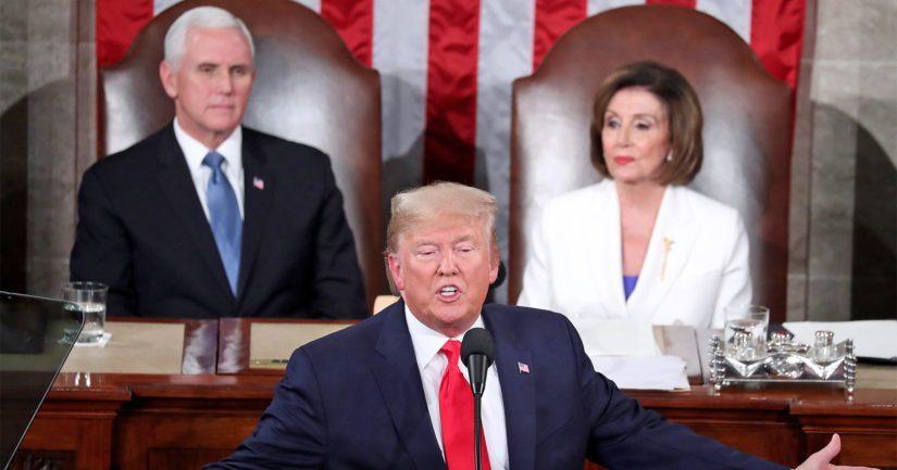 Presidentti Donald Trump joutuu luopumaan vallasta, varapresidentti Mike Pence ja edustajainhuoneen puheenjohtaja Nancy Pelosi ovat eri mieltä tavasta.