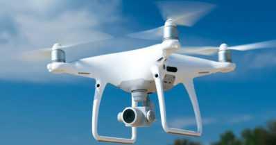 Lapsen lennättämä drone osui henkilöautoon – myös alle 15-vuotias on korvausvelvollinen vahingosta