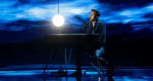 """Hollanti voitti Euroviisut 44 vuoden jälkeen ilman turhia tehosteita – """"Vain minä, piano ja kappale"""""""