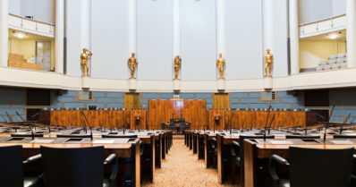 Eduskunta jatkaa venkoiluaan lobbarilistoissa – ministeriöiden vierailijalistat tuhotaan kohta välittömästi