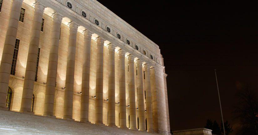 Eduskuntatalo heijastaa antiikin kreikkalais-roomalaista henkeä symboloidakseen monumentaalisuuden kautta vahvaa, demokraattista valtiota.