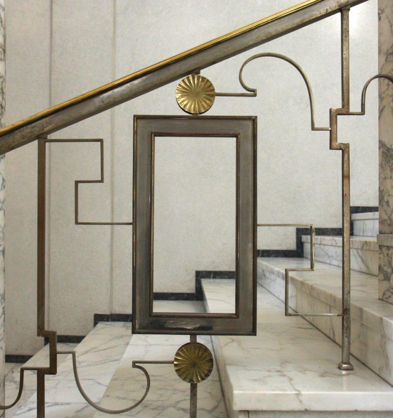 Eduskuntatalon marmoriportaikon kaiteen rosettikoriste.