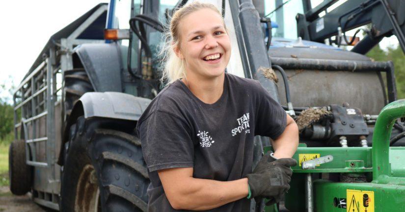 Eevi-Sofia tekee tilallaan myös peltotyöt. – Konehommissa riittää opeteltavaa, mutta jos on halua, niin kaikki on opittavissa.
