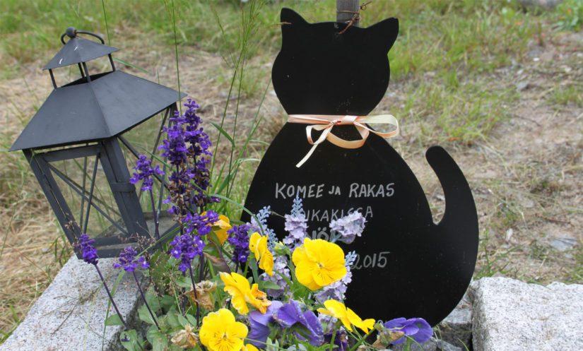 Lemmikkien haudoilla voi käyttää monenlaisia muistomerkkejä, laatoista kiviin, mutta ristin käyttöä ei suositella.