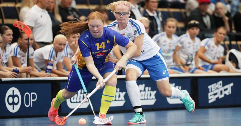 Onko tässä MM-turnauksen henki? Suomen kokenein pelaaja Elina Kujala painostaa ruotsalaispelaajaa.