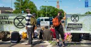 Mielenosoittajien mukaan Suomen valtio osallistuu joukkosurmaan – poliisi ei toistaiseksi puutu asiaan