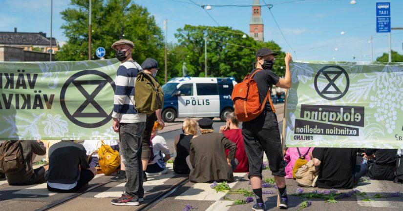 Mielenosoitus on katkaissut liikenteen Helsingin Mannerheimintiellä Pikkuparlamentin puiston edessä molempiin suuntiin.