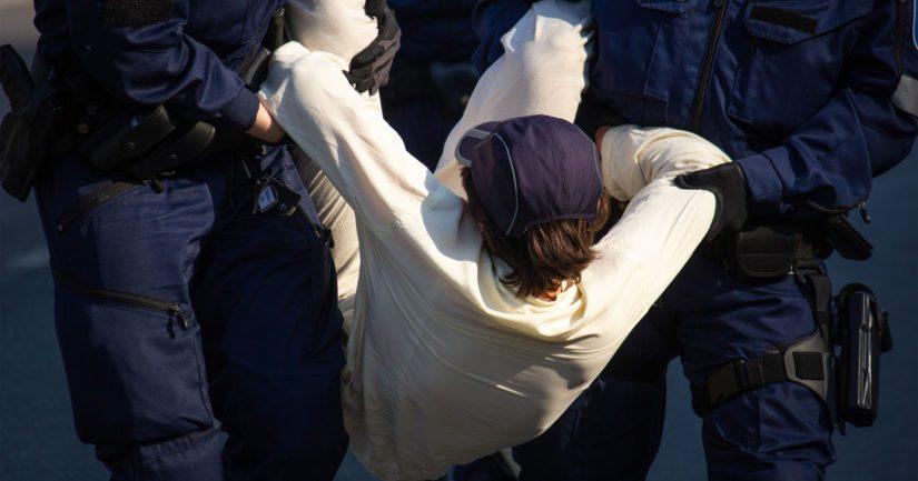 Poliisi otti kiinni mielenosoittajia, jotka eivät totelleet poliisin käskyä poistua paikalta.