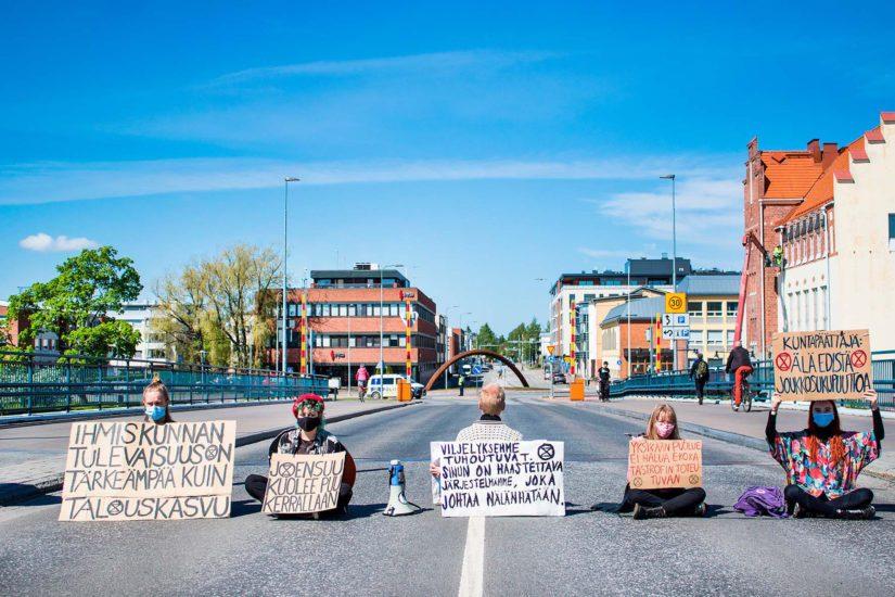 Elokapinan mielenosoittajat osoittivat kesällä mieltään muun muassa Joensuun Sirkkalan sillalla.
