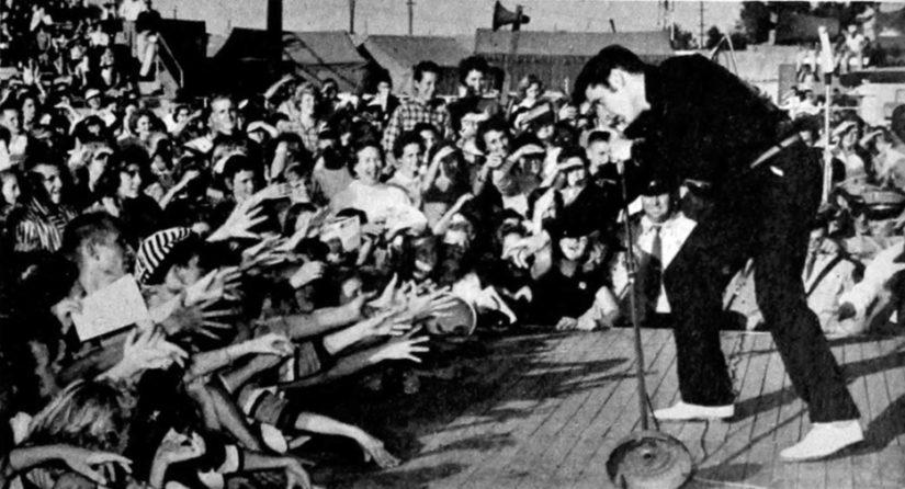Elvis esiintymässä syyskuussa vuonna 1956 synnyinkaupungissaan Tupelossa, Mississipissä.