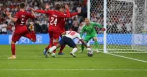 Tuomarivirhe ja fanien ala-arvoinen käytös varjostavat Englannin finaalihuumaa