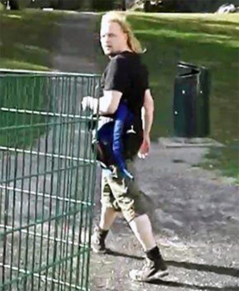 Epäilty on noin 180 cm pitkä mies, jolla oli tekohetkellä kiharat, vaaleat, olkapäille ulottuvat hiukset.