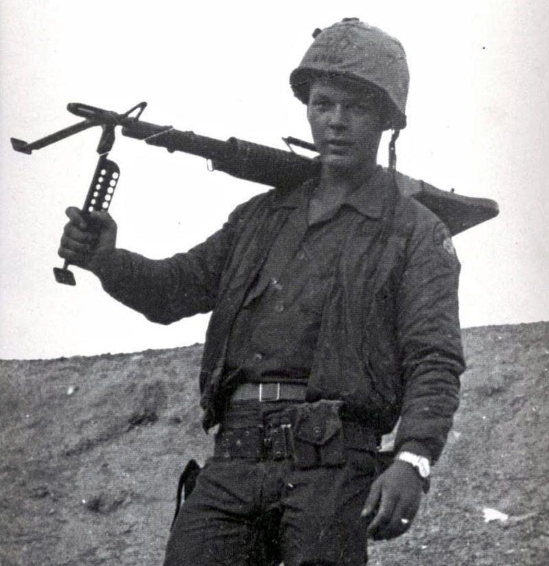 Nuori suomalainen demilitarisoidulla vyöhykkeellä Vietnamissa M60-konekiväärinsä kanssa.