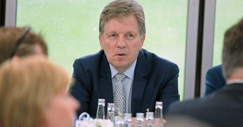Entinen keskustalainen pääministeri Esko Aho kritisoi kovin sanoin nykyisen keskustalaisen pääministerin arvostelua.