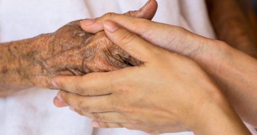 Palvelukeskuksessa ollut iäkäs äiti ei päässyt miehensä hautajaisiin tyttären pyynnöstä huolimatta.