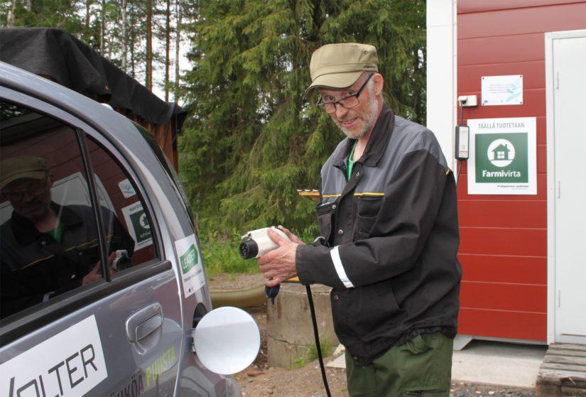 Jopa kylän sähköllä kulkeva edustusautokin tankataan hakkeesta tuotetulla energialla.