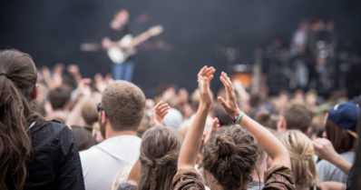 Suomen suvessa festivaaleilla juhlittiin sovussa – Ruotsissa raiskausepäilyjä