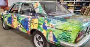 Yksityistallissa seisoo harvinainen autotaideteos – mutta kuka on taiteilija Preston?