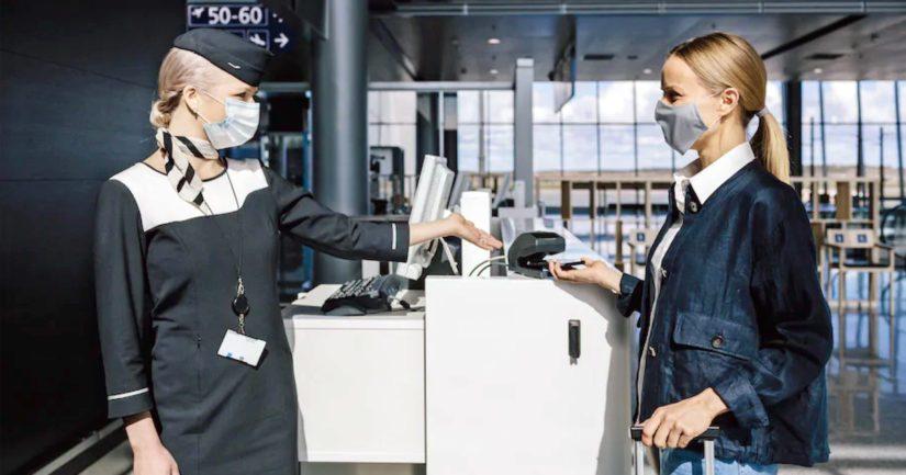 Myös Finnairin asiakaspalvelijat lentoasemalla ja Finnairin matkustamomiehistö käyttävät suu-nenäsuojuksia.