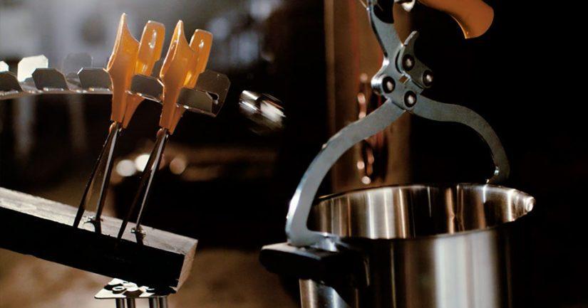Fiskarsin mainosfilmin pääosassa on pieni kuula, jonka liike saa aikaan näyttävän ketjureaktion.