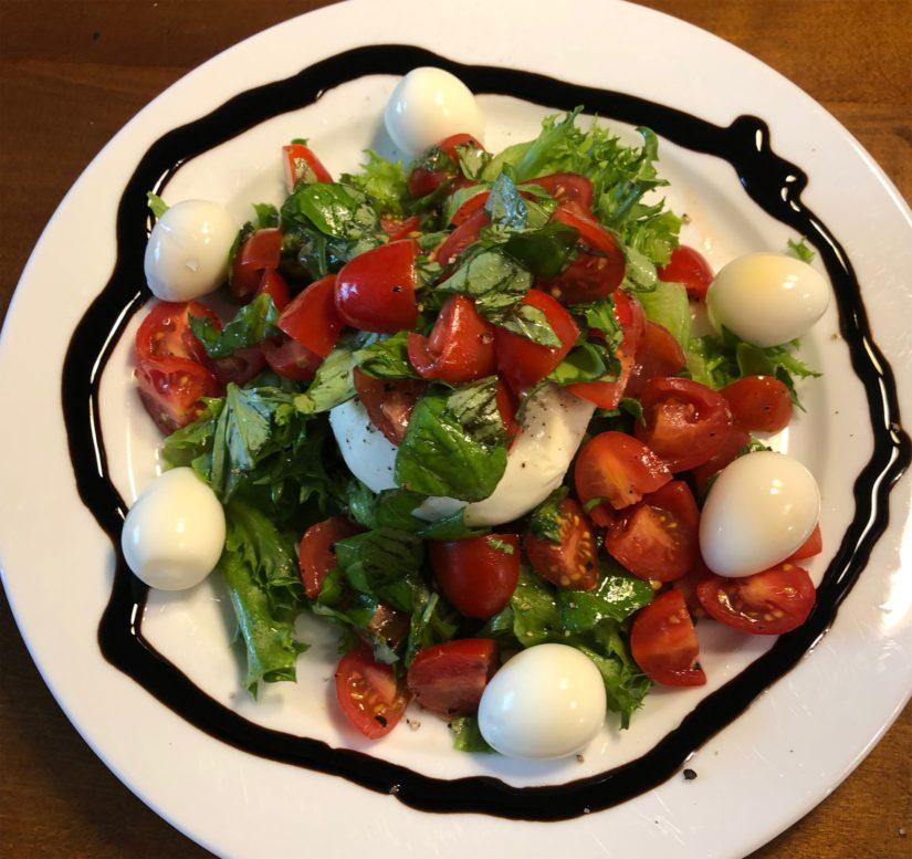 Friseetä pohjalla, mozzarellalle on tehty kirsikkatomaattisalsa, lisänä viiriäisenmunia ja balsamicosta tehtyä cremaa.