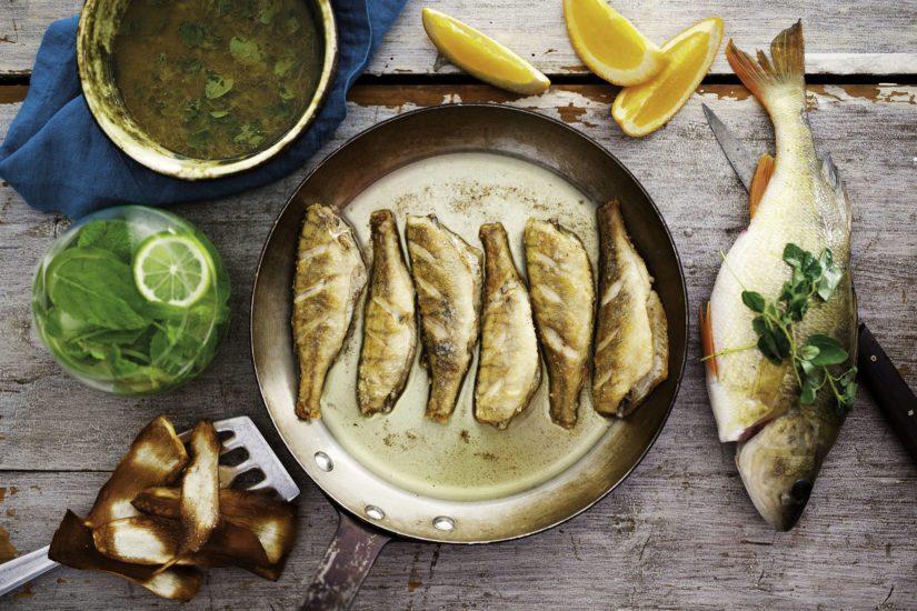 Tarjoile friteerattu kala Mojo-kastikkeen, limenlohkon ja vihersalaatin kera.