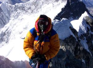 Gary Johnson Mount Everestillä Hillary´s Step -kiviseinämää ylittämässä. Nimi viittaa luonnollisesti Sir Edmund Hillaryyn. (Kuva JohnsonWeld2016)