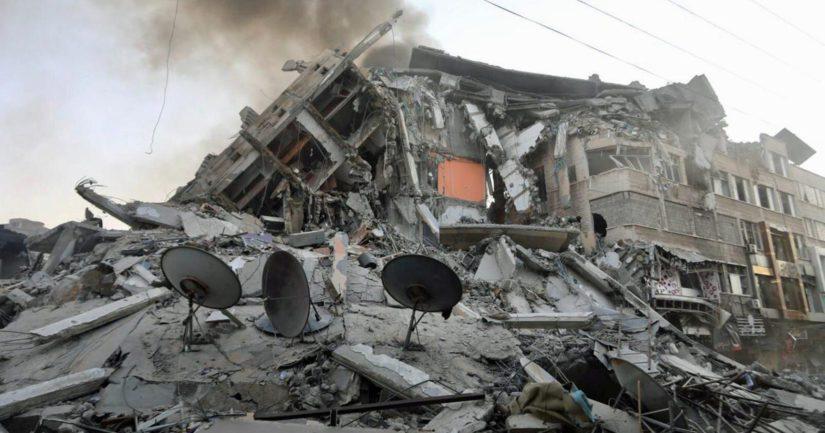 Israelin ilmaiskussa romahtanut kerrostalo Gazassa.