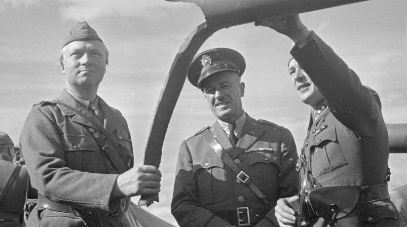 Ruotsalainen kapteeni Wigfors ja USA:n sotilasasiamies George Huthsteiner tutkivat suomalaisen luutnantin opastuksella kasapanoksella tuhottua tykkiä.