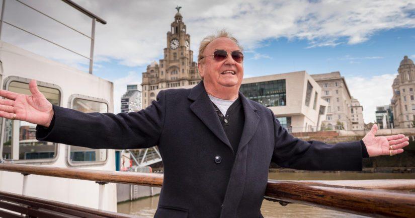 Gerry Marsden matkalla lautalla yli Merseyn, tunnetun hittinsä mukaisesti.
