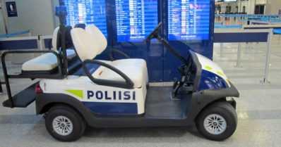 Poliisin golf-autossa on vilkkuvalo ja hälytysääni – sinivalkoinen menopeli partioi lentoasemalla
