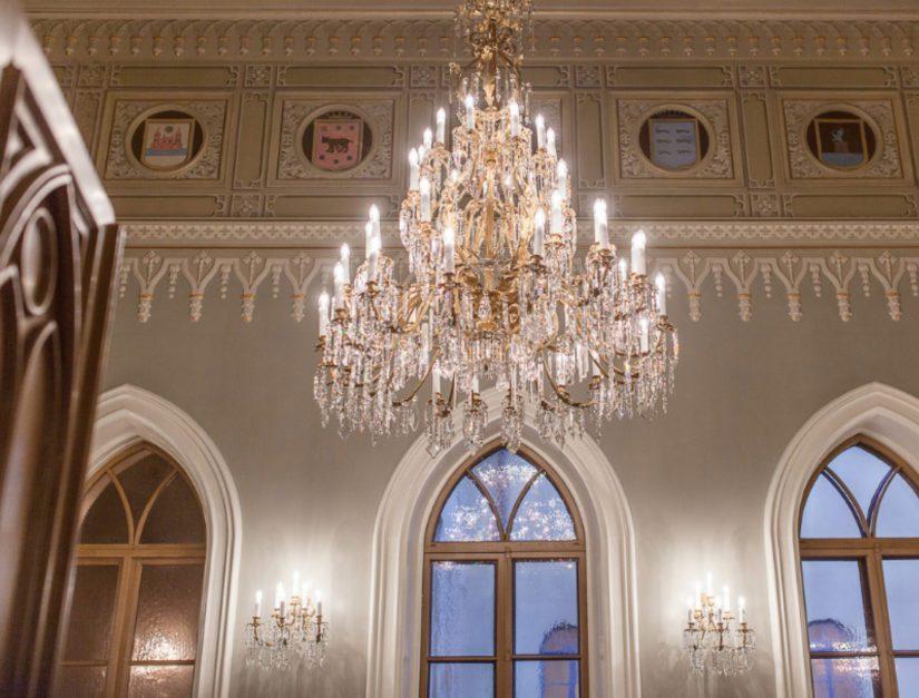 Goottilaisen salin seiniä koristavat maakuntien ja kaupunkien vanhat vaakunat, jotka ovat peräisin arviolta 1800-luvun lopulta.