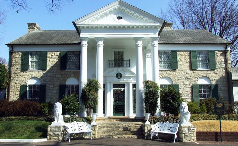 Elvis osti vuonna 1957 Memphisistä Graceland-nimisen tilan kodikseen, paikka on edelleen fanien pyhiinvaelluspaikka.