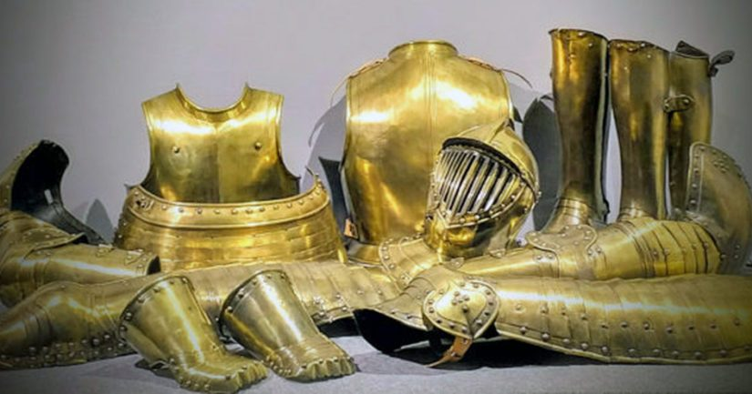 Tutkijat Jaakko ja Tua Björklund rahoittivat harvinaisen 1600-luvulla messingistä valmistetun hautajaishaarniskan konservoinnin.