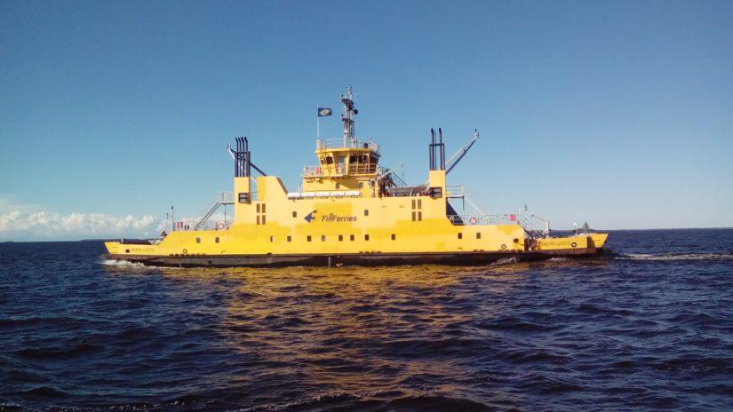 Kaksi keltaista lauttaa kuljettaa matkalaisia Oulunsalosta Hailuotoon noin tunnin välein. (Kuva Kari Kallonen)