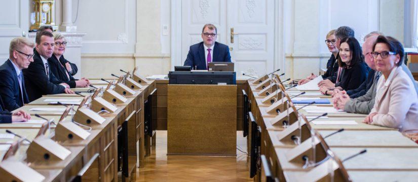 Hallitus kokoontuu istuntosaliin pääministeri Juha Sipilän johdolla.