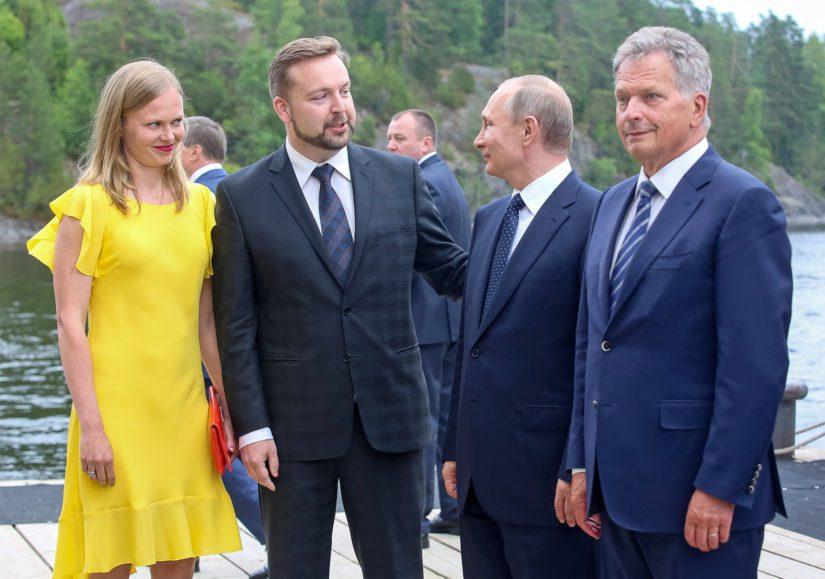 Kansanedustaja Hanna Kosonen ja Oopperajuhlien festivaalijohtaja Jan Strandholm ottivat Olavinlinnassa vastaan höyrylaivalla saapuneet Vladimir Putinin ja Sauli Niinistön.