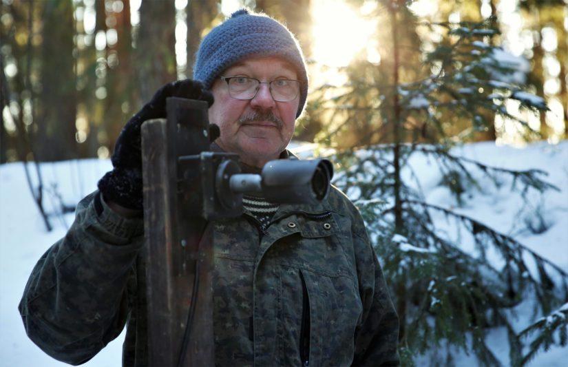 Hannu Siitonen asentamassa livekameraa.
