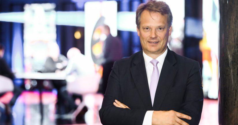 Esitystä Hannu Takkulan nimittämisestä on kritisoitu sillä, että hänellä ei ole kovin vankkaa aikaisempaa kokemusta talousasioista.